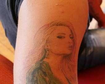 Фен си татуира лика на Цвети Янева