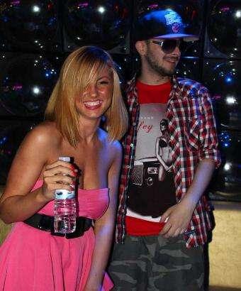Криско си падна по гола DJ-ка