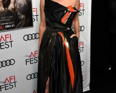 LOOK OF THE DAY: Сандра Бълок в рокля на Vivienne Westwood