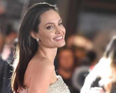 Анджелина Джоли става лице на френска бюти марка