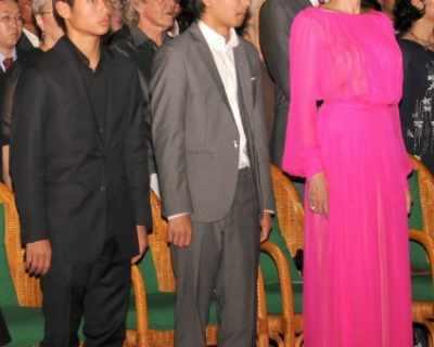 Анджелина Джоли направи фурор с розовата си рокля в ...