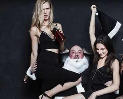 Лошият Дядо Коледа е главният герой във фотосесия ...