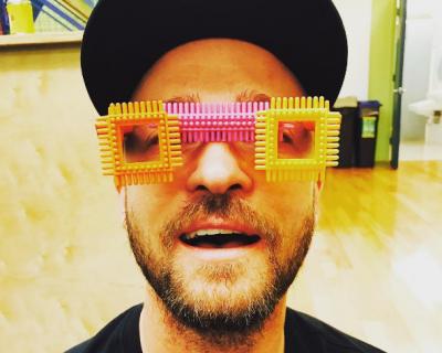 Джъстин Тимбърлейк с очила, направени от сина му