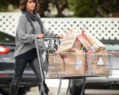 Хали Бери настоява да носи пазарските торби сама