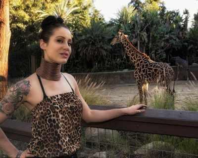 Жена-жираф удължава шията си изкуствено в ...