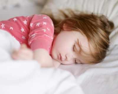 Защо нощем детето скърца със зъби?