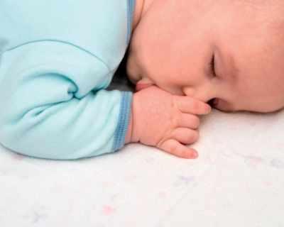 Да изгоним пръстчето от устата на бебето