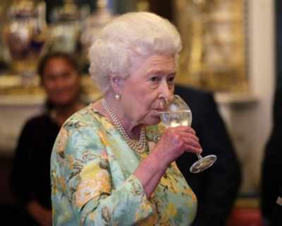 Алкохоличка ли е кралица Елизабет II?