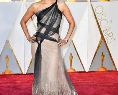 Хали Бери свали веднага роклята на Versace след ...