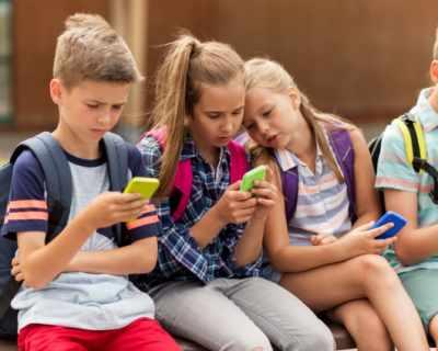 Плащат на ученици, ако не ползват смартфони и ...