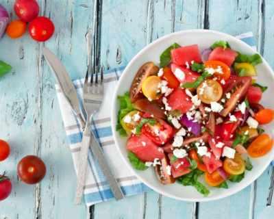 Идеалният обяд: салата с диня, фета сирене, чери ...