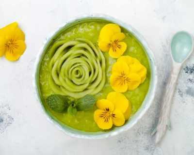 Най-красивата супа: с грах, мента и... теменужки