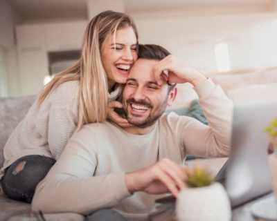 9 странни неща, които правят двойките с дълги връзки