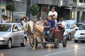 Полиция ескортира каруцата на Иван и Андрей в София