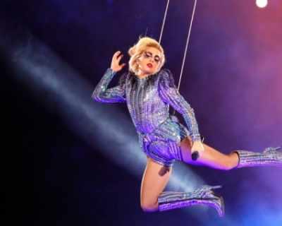 Лейди Гага полетя на Super Bowl 2017