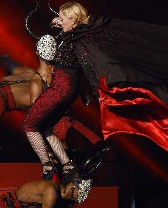 Мадона скандално се изложи! Преби се на сцената
