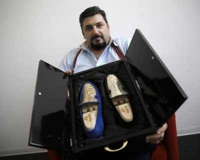 Италиански обущар създаде мокасини от 24-каратово ...