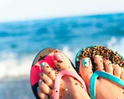 Грижа за педикюра на плажа