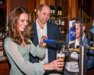 Принц Уилям и Кейт Мидълтън наливаха бира в бар в ...