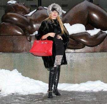 Антония Петрова се хвали и със скъпа чанта