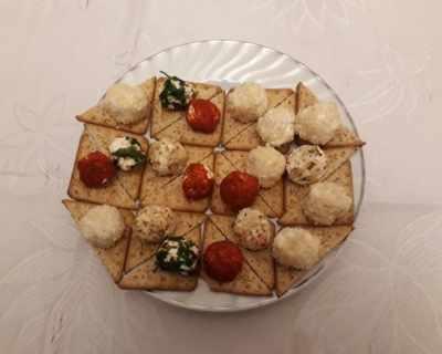 Топчета от сирене със сусам, орехи и подправки