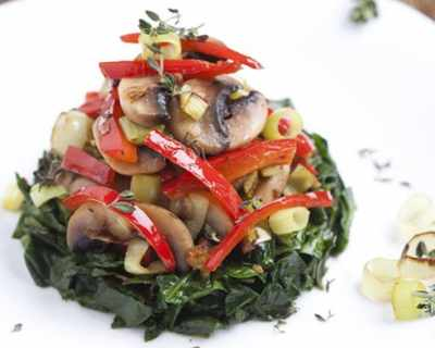 Топла салата със спанак, гъби и праз
