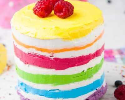 """Торта """"Дъга"""" с пресни плодове"""