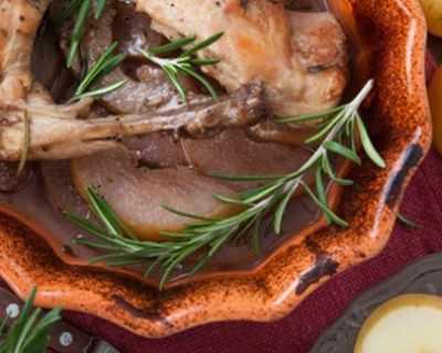 Заешко месо с круши и вино